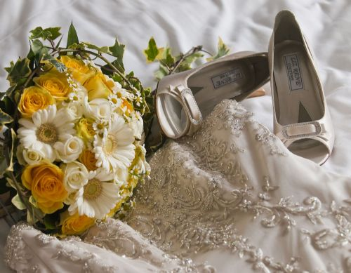 Wedding dress, flowers and shoes: detail.