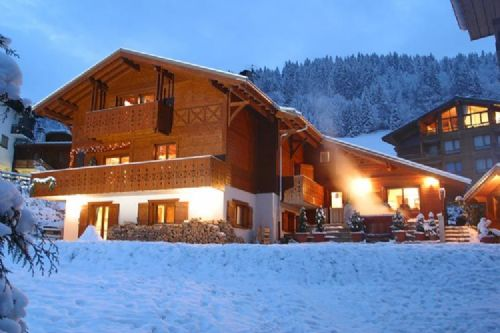 The Chalet des Montagnes by night