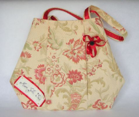 This roomy shopping bag is very stylish with a touch of romanticism with its flower print but remains very practical with its 2 handles and 2 large inside pockets.