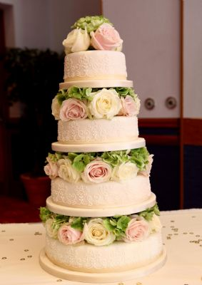 Wedding Cake with fresh roses and hydrangeas